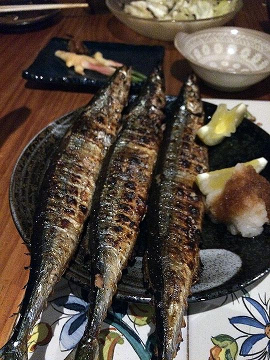 予約特典でさん秋刀魚が登場~。1人1尾なので何ともお得。秋刀魚をチビチビとつまみながら、どのジビエ肉を注文するかでワイワイと盛り上がる。