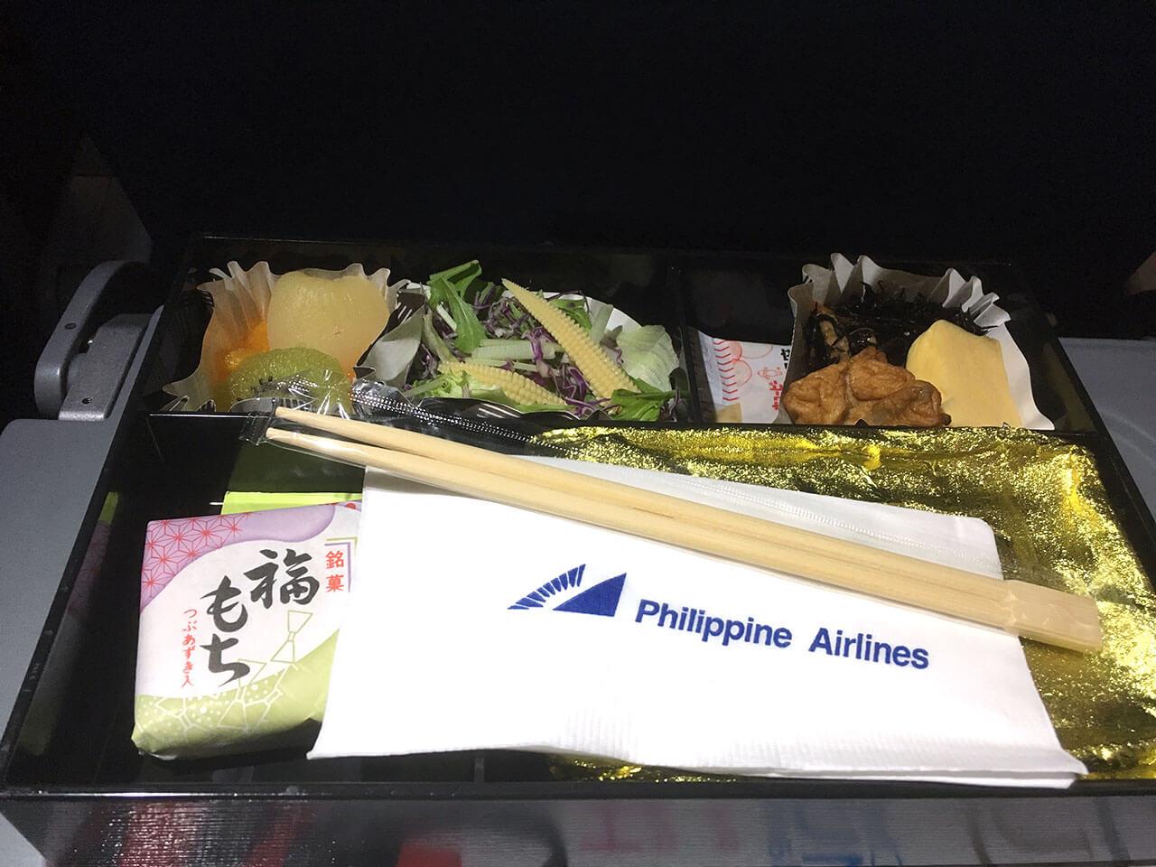 人は何故機内食を写真を撮ってしまうのか…。