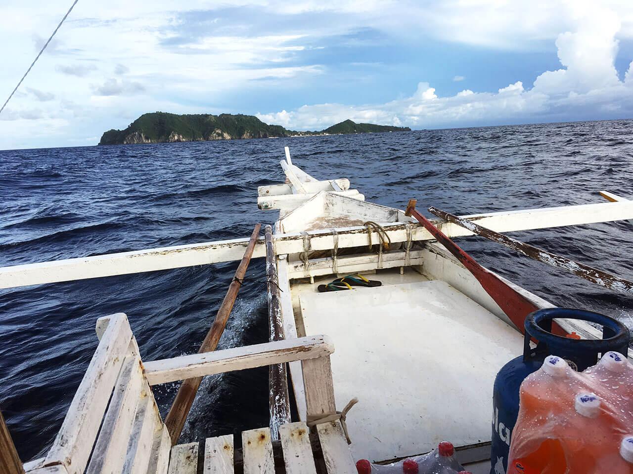 目前に見えるのがアポ島。