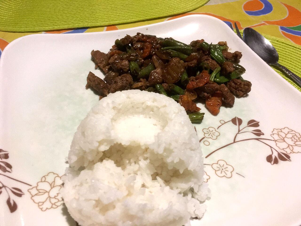 朝、夜はメニューから適当に選んで食べて良いそうなので、フィリピンの家庭料理「ガパオ」を頂く。