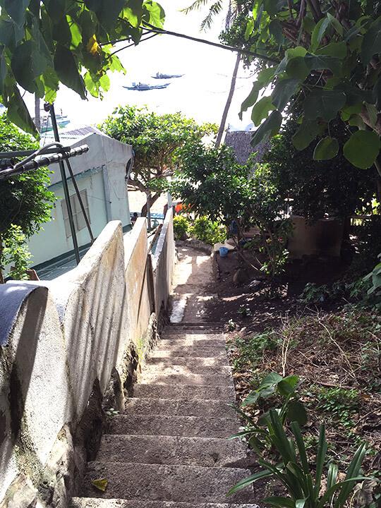 リバティーロッジ横の小道から登っていきます。