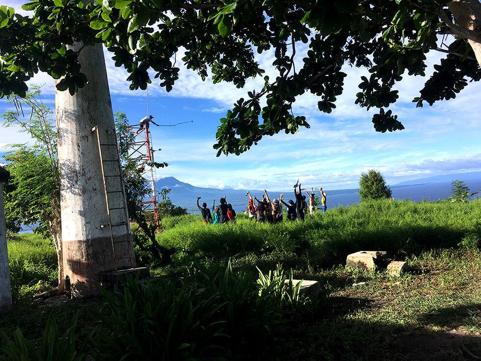 他の島から来たと言うツアー客の方々は鉄塔の上から記念写真撮ってました。