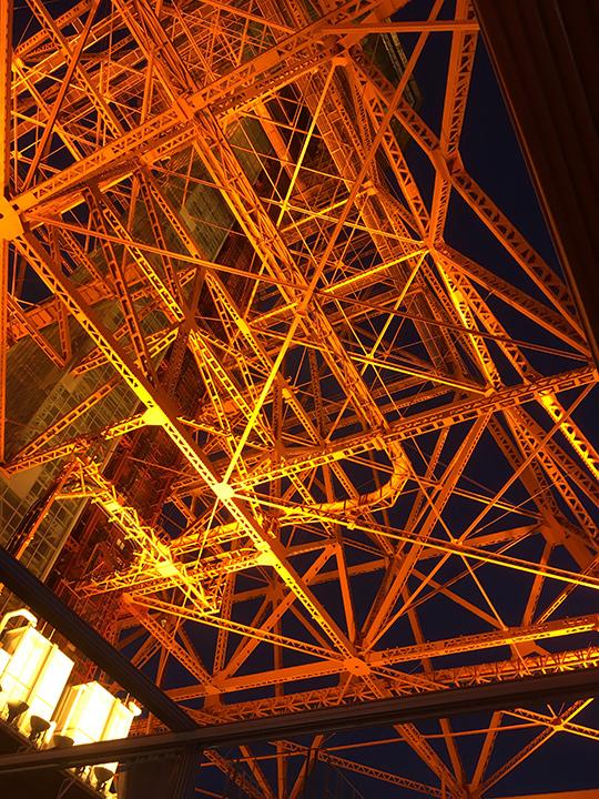 東京タワーを真下から見るとこんな感じ!
