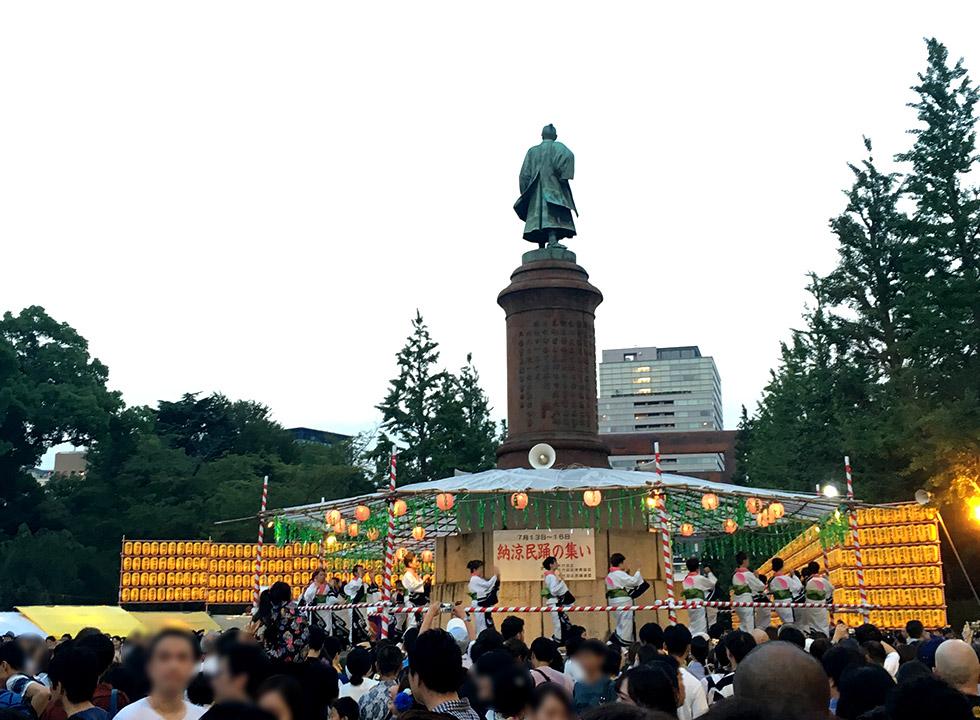 更に行きに通った屋台付近では盆踊りが開催中。