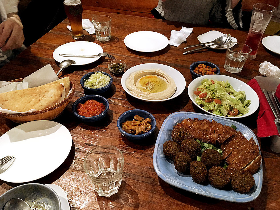 どどーんと出揃ったイスラエル料理たち。