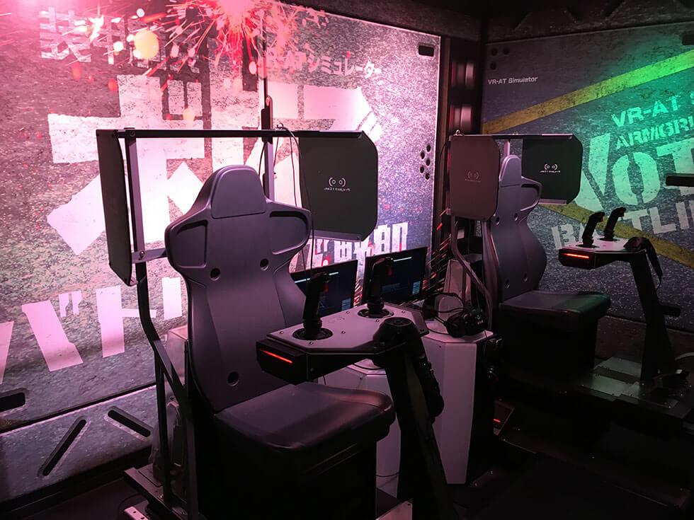 こんな感じのコックピット風の椅子に座って手前のレバーを操作して対戦をします。