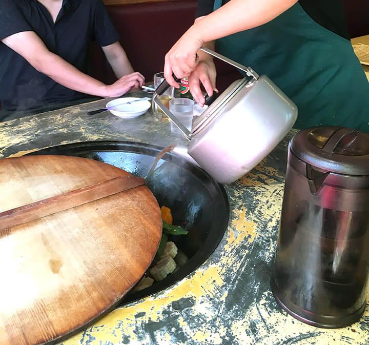 暫く飲み食いしていると店員さんが東北鍋の沢山の具材を鍋に投入。
